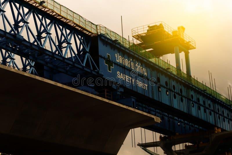 Silhouette d'autoroute urbaine en construction avec la sécurité première de signe photo libre de droits