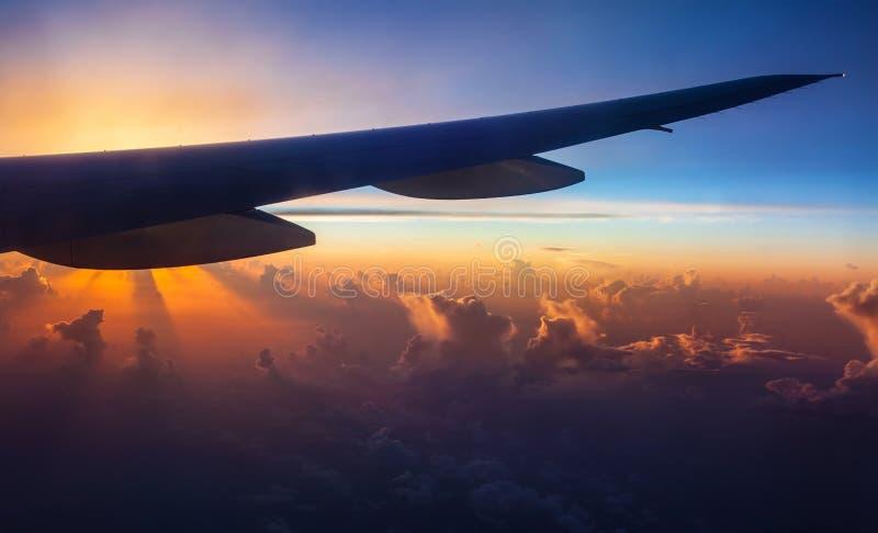 Silhouette d'avion sur le coucher du soleil image stock