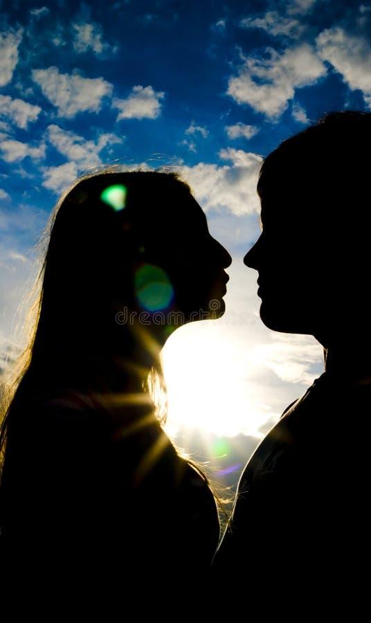Silhouette d'embrasser des gens image libre de droits