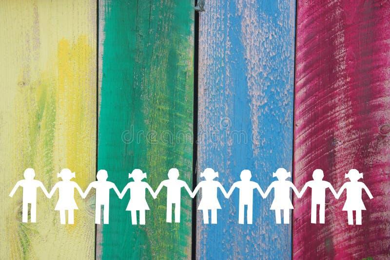 Silhouette d'enfants de livre blanc sur le fond coloré en bois photo libre de droits