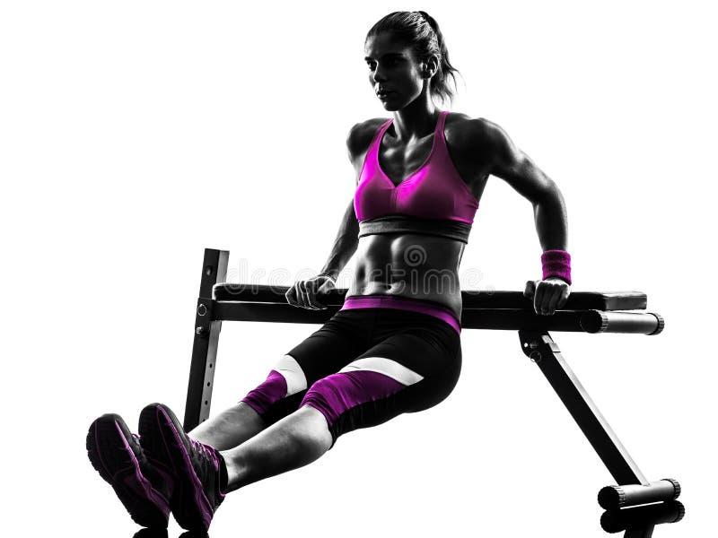 Silhouette d'exercices de pousées de forme physique de femme images stock