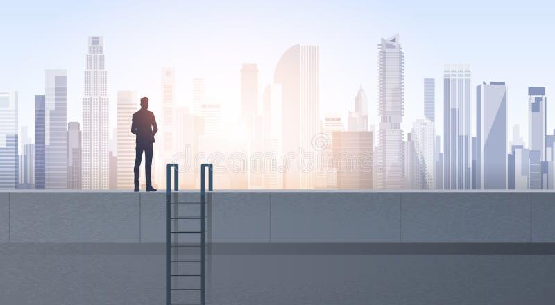Silhouette d'homme d'affaires sur le toit d'immeuble de bureaux au-dessus du paysage moderne de ville illustration stock