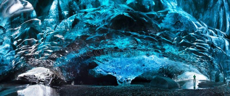 Silhouette d'homme en caverne de glace Caverne de glace en cristal bleue et une rivière souterraine sous le glacier Nature stupéf photo libre de droits
