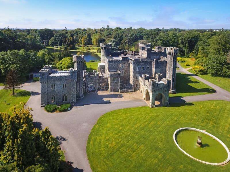 Silhouette d'homme se recroquevillant d'affaires Château de Johnstown comté Wexford l'irlande image stock
