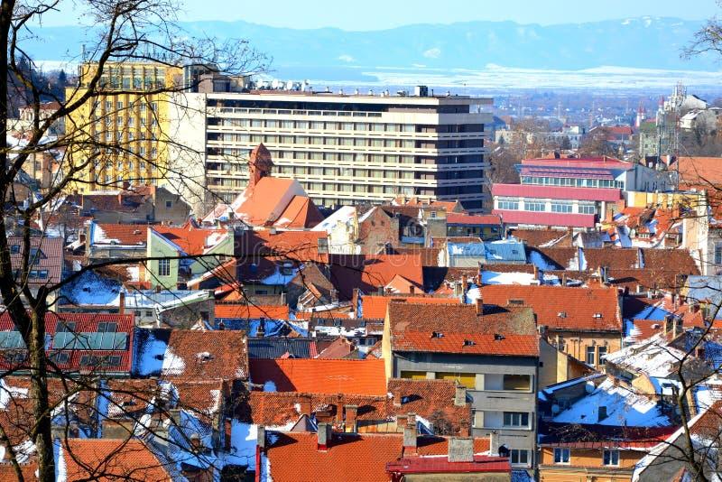 Silhouette d'homme se recroquevillant d'affaires Paysage urbain typique de la ville Brasov, une ville situé en Transylvanie, Roum photographie stock libre de droits