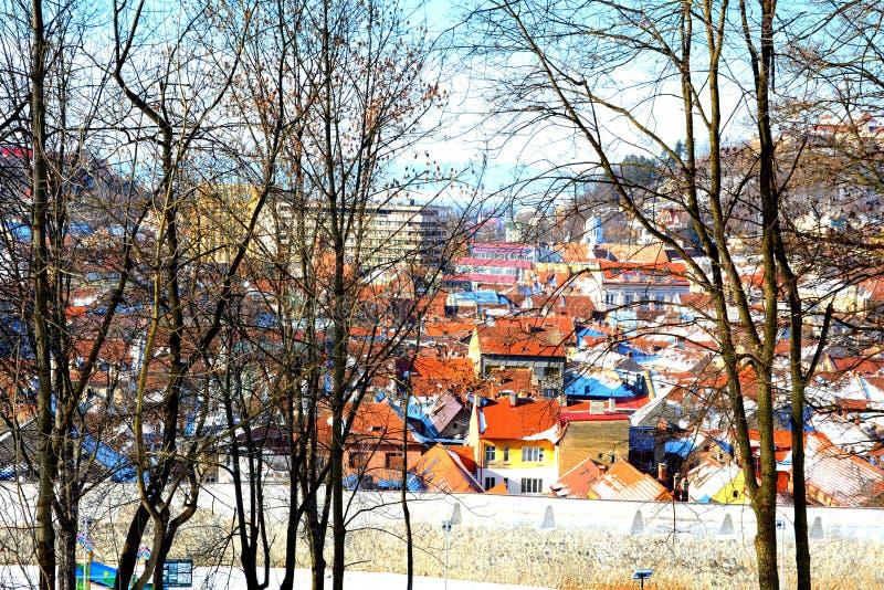 Silhouette d'homme se recroquevillant d'affaires Paysage urbain typique de la ville Brasov, une ville situé en Transylvanie, Roum images libres de droits