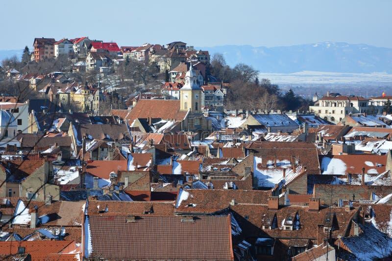 Silhouette d'homme se recroquevillant d'affaires Paysage urbain typique de la ville Brasov, une ville situé en Transylvanie, Roum photos stock