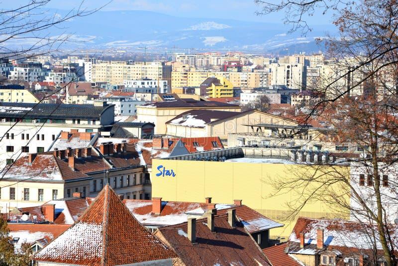 Silhouette d'homme se recroquevillant d'affaires Paysage urbain typique de la ville Brasov, une ville situé en Transylvanie, Roum images stock