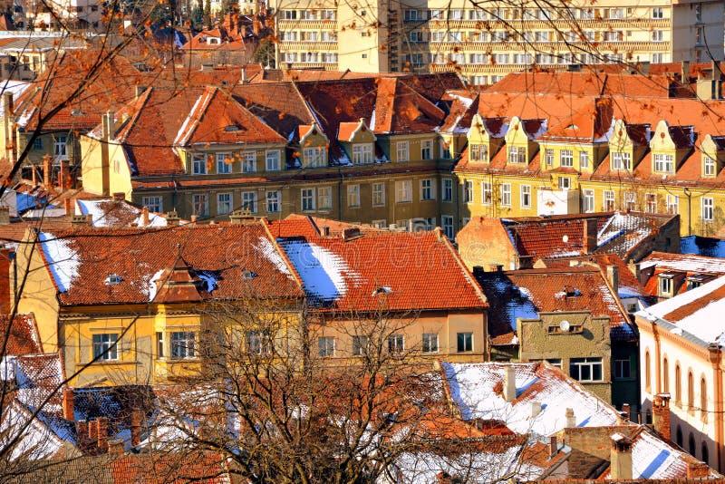 Silhouette d'homme se recroquevillant d'affaires Paysage urbain typique de la ville Brasov, une ville situé en Transylvanie, Roum photo libre de droits
