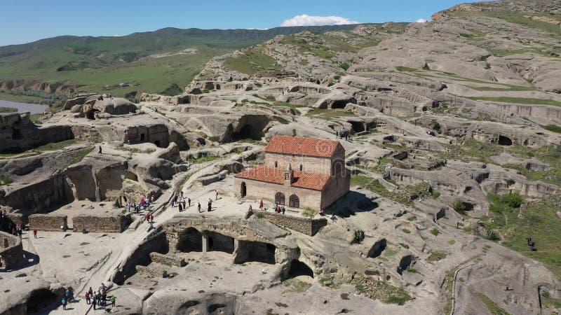 Silhouette d'homme se recroquevillant d'affaires Ville antique Uplistsikhe de caverne en G?orgie image libre de droits