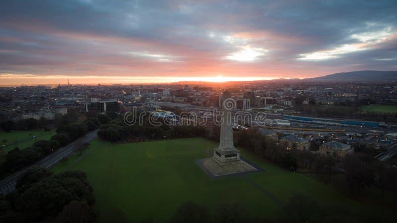 Silhouette d'homme se recroquevillant d'affaires Parc et Wellington Monument de Phoenix dublin l'irlande photographie stock