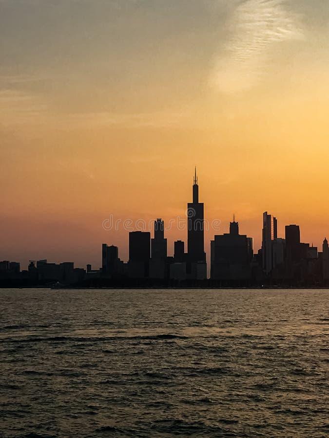 Silhouette d'horizon de Chicago pendant le tour de bateau d'été image stock
