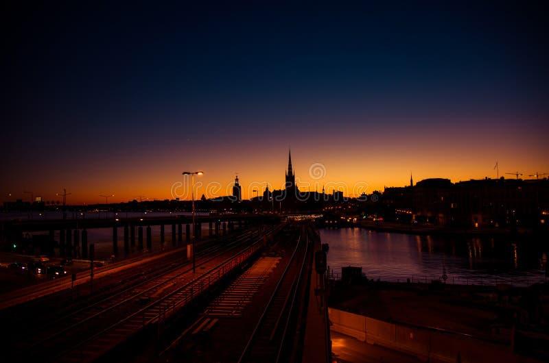 Silhouette d'horizon de paysage urbain de Stockholm au coucher du soleil, crépuscule, Suédois images stock