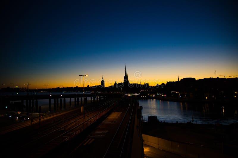 Silhouette d'horizon de paysage urbain de Stockholm au coucher du soleil, crépuscule, Suédois photo libre de droits