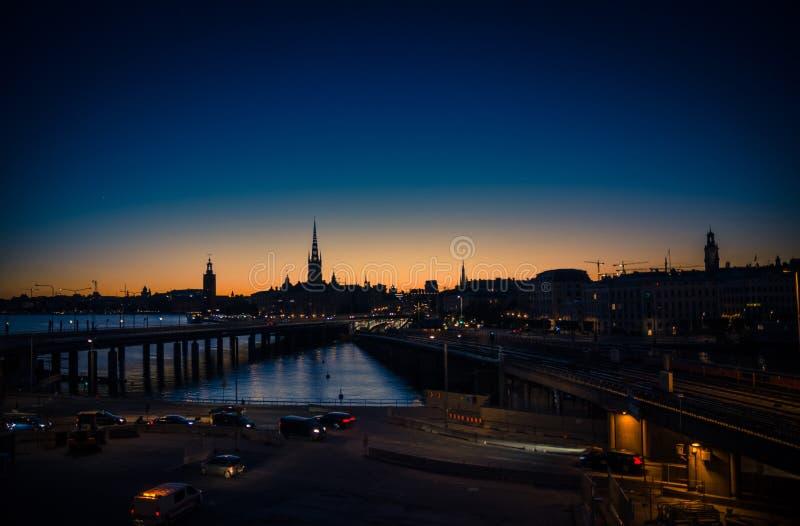 Silhouette d'horizon de paysage urbain de Stockholm au coucher du soleil, crépuscule, Suédois photos stock