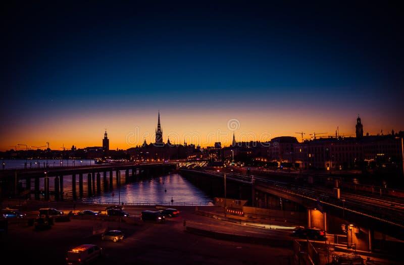 Silhouette d'horizon de paysage urbain de Stockholm au coucher du soleil, crépuscule, Suédois photographie stock