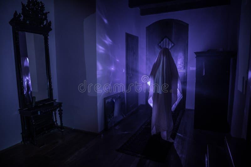 Silhouette d'horreur de fant?me ? l'int?rieur de chambre noire avec la silhouette effrayante de concept de Halloween de miroir de image libre de droits
