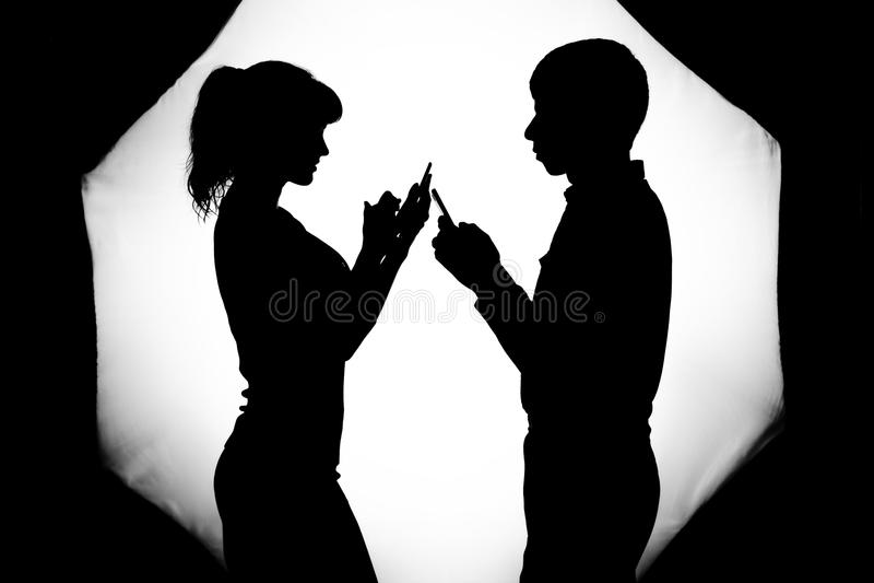Silhouette d'un ajouter à un problème dans les relations photos stock