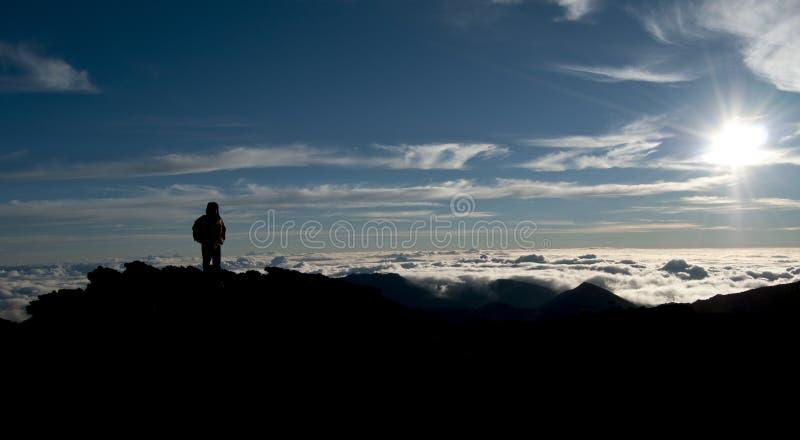 Silhouette d'un alpiniste Trekker photo libre de droits