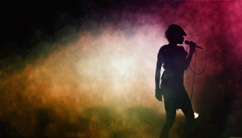 Silhouette d'un artiste chanteur photos libres de droits