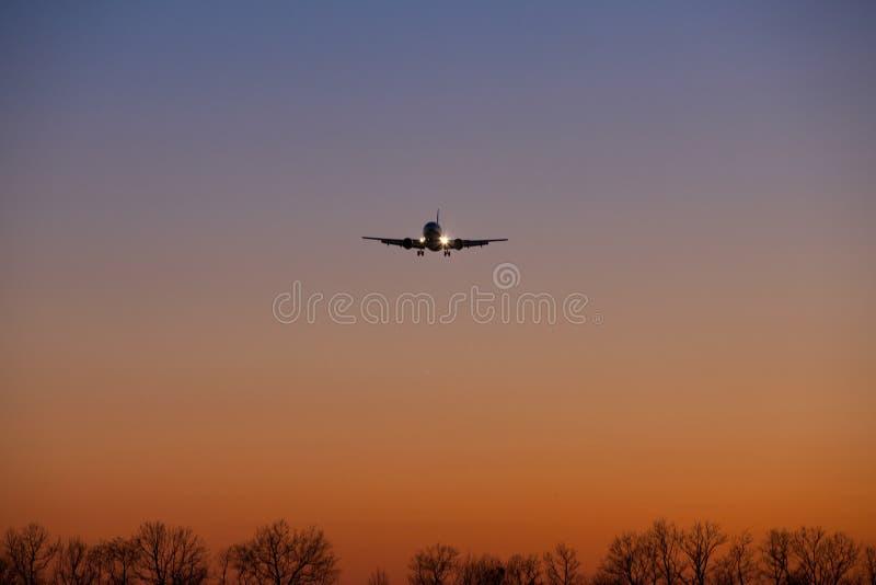 Silhouette d'un avion d'atterrissage photographie stock libre de droits