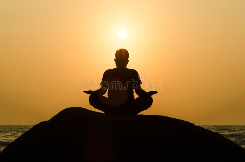 Silhouette d'un bel homme de yoga image stock