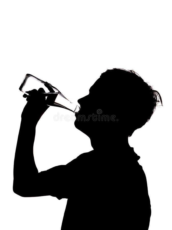 Silhouette d'un boire d'homme image stock
