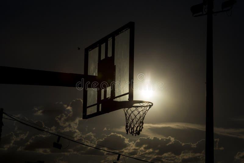 Silhouette d'un cercle de basket-ball photo stock