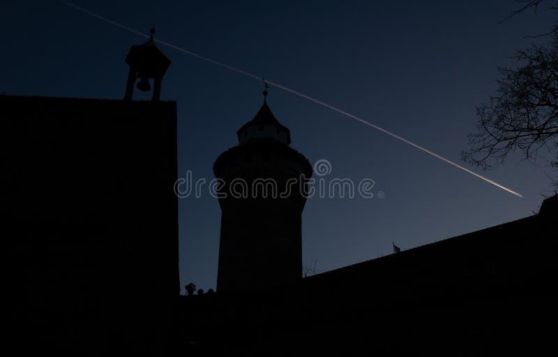 Silhouette d'un château avec un arbre photos stock