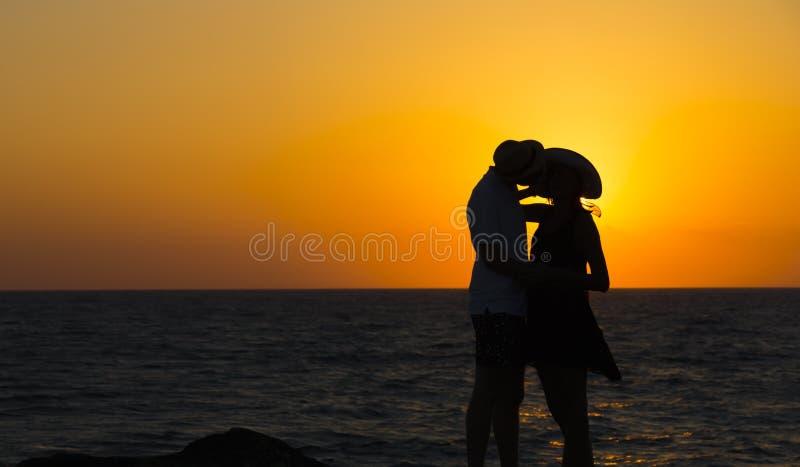 Silhouette d'un couple dans l'amour sur la plage au coucher du soleil Histoire d'amour Homme et une femme sur la plage photo libre de droits