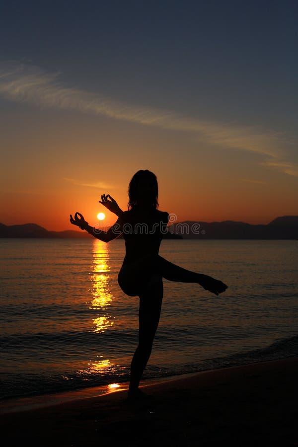 Silhouette d'un danseur dans la plage image libre de droits