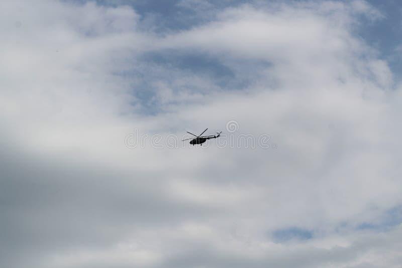 Silhouette d'un gros hélicoptère militaire dans le ciel photo stock