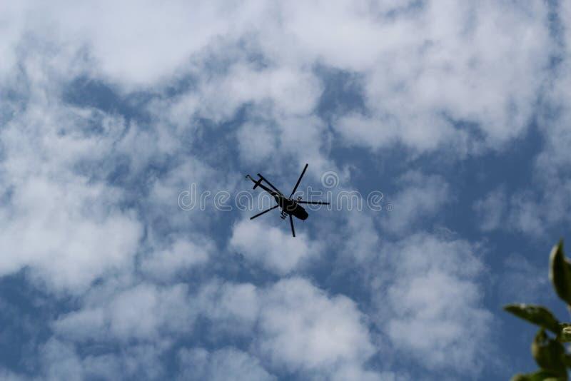 Silhouette d'un gros hélicoptère militaire dans le ciel photographie stock libre de droits