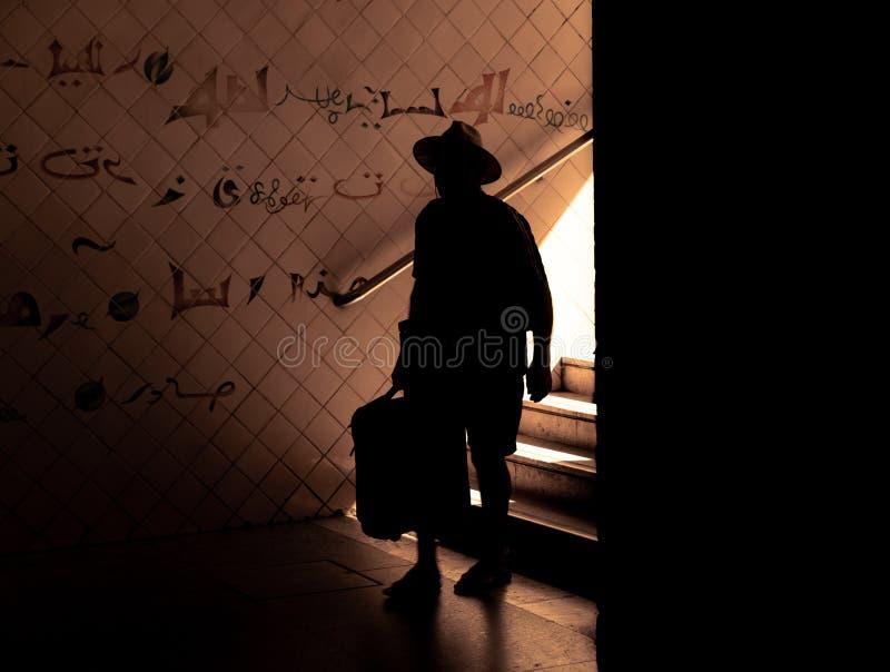 Silhouette d'un homme descendant les escaliers photographie stock