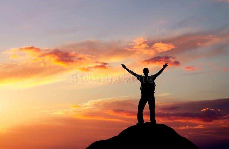 Silhouette d'un homme sur un dessus de montagne images libres de droits