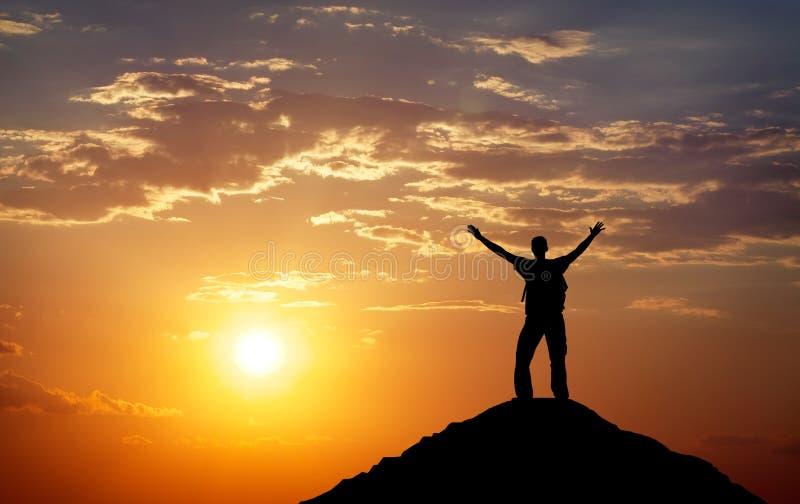 Silhouette d'un homme sur un dessus de montagne photographie stock libre de droits