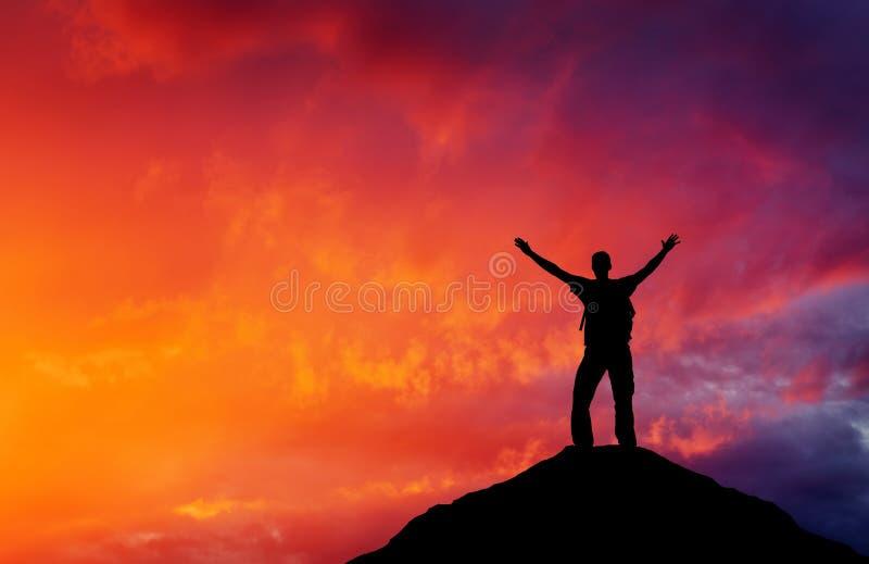Silhouette d'un homme sur un dessus de montagne photographie stock