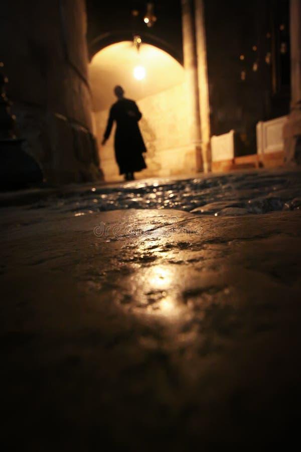 Silhouette d'un moine dans le château de nuit photos libres de droits