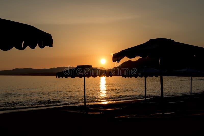 Silhouette d'un parapluie de plage au coucher du soleil sur l'île de Rhodes photo stock