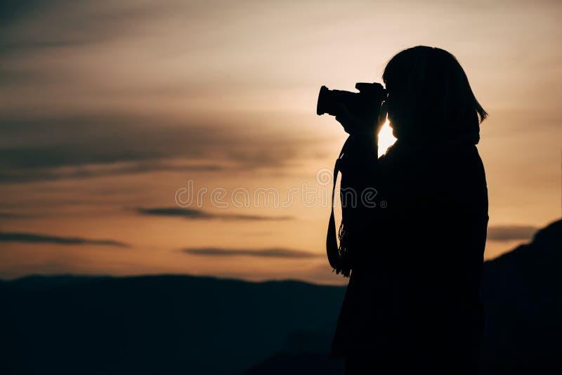 Silhouette d'un photographe images stock