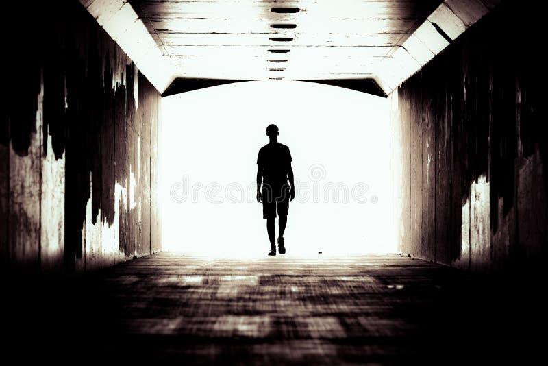 Silhouette d'un type dans un tunnel foncé photographie stock libre de droits