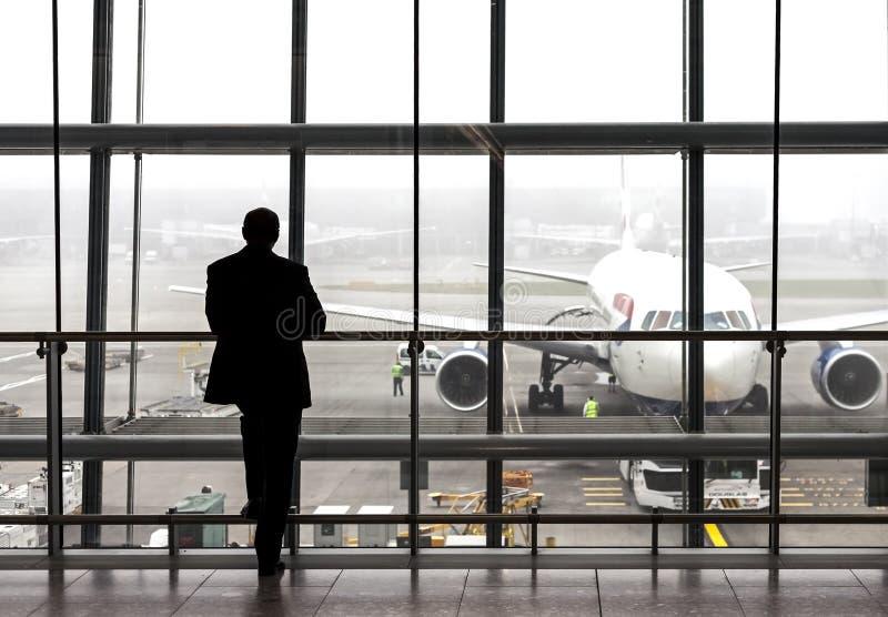 Silhouette d'un voyageur attendant un avion photo stock