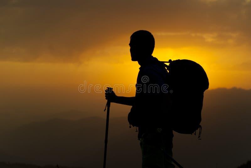 Silhouette d'un voyageur sur le fond de coucher du soleil photo libre de droits