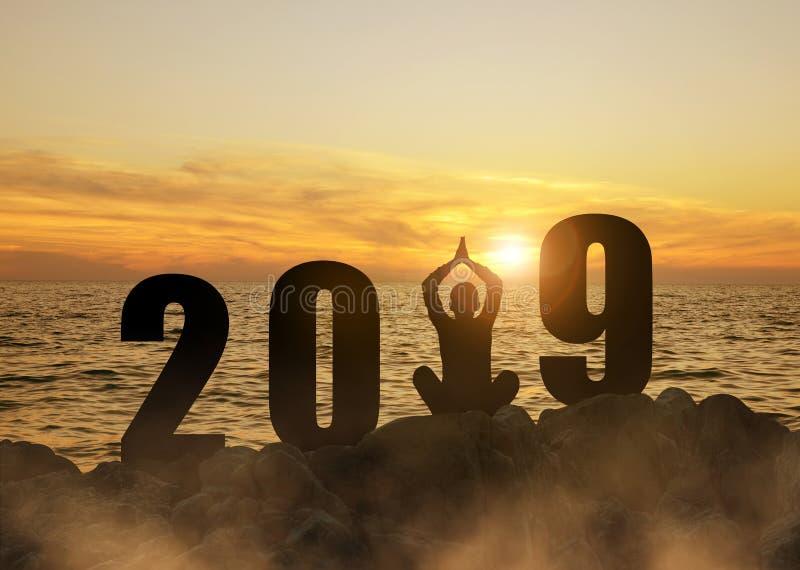 Silhouette d'un yoga de pratique de fille pendant la nouvelle année 2019 de célébration photographie stock