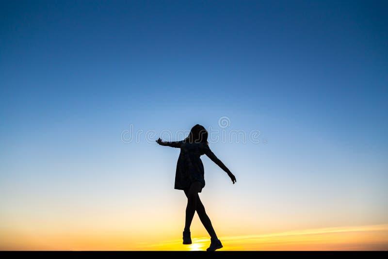Silhouette d'une belle danseuse en bonne santé heureuse de femme image stock