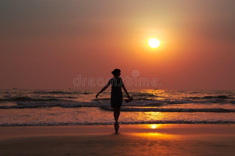 Silhouette d'une belle jeune fille sur le coucher du soleil dans l'Inde, Goa, AR photographie stock