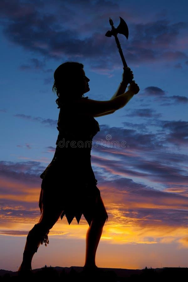 Silhouette d'une cognée de femme de caverne en air image stock