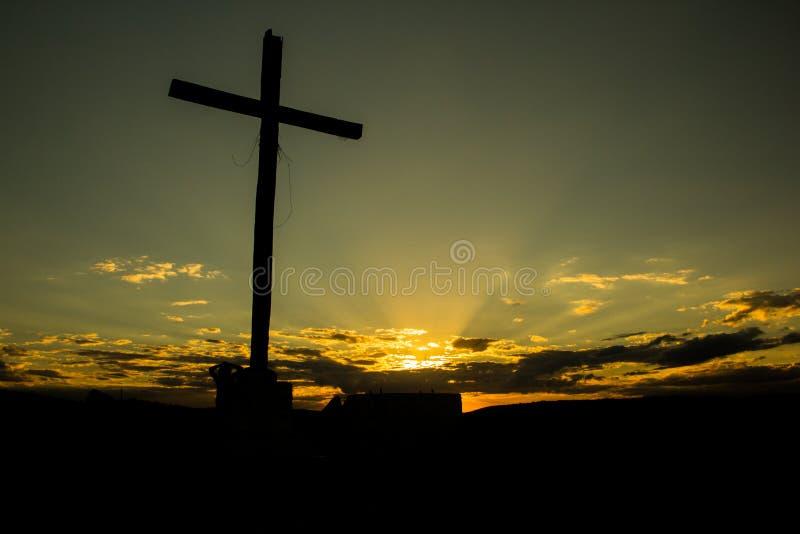 Silhouette d'une croix avec un beau coucher du soleil à l'arrière-plan photographie stock libre de droits