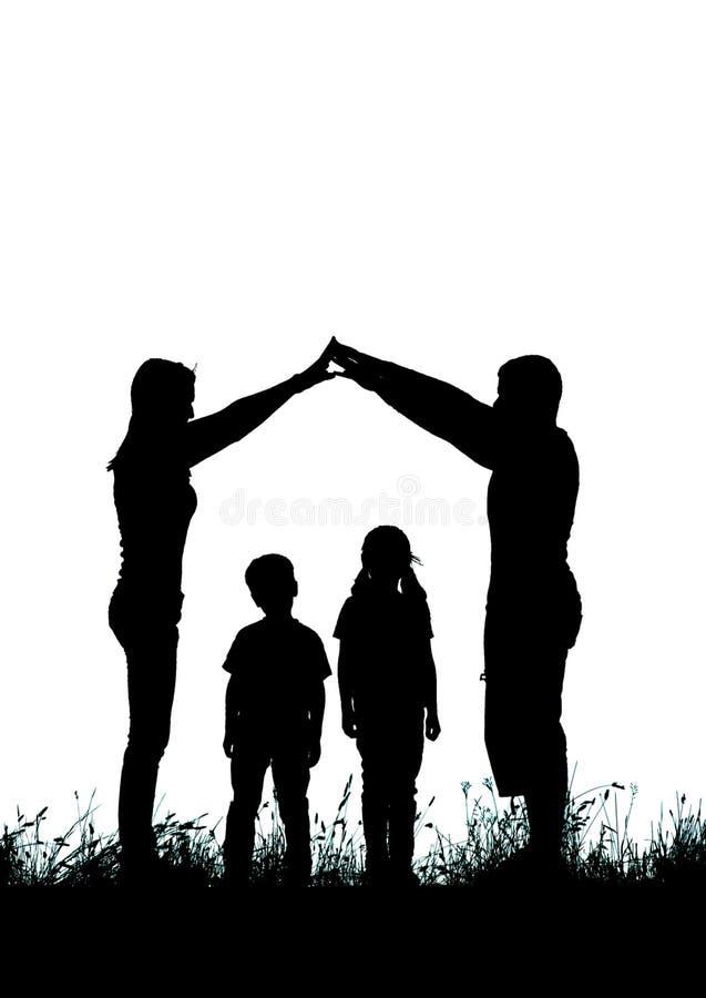 Silhouette d'une famille heureuse faisant le signe à la maison images libres de droits
