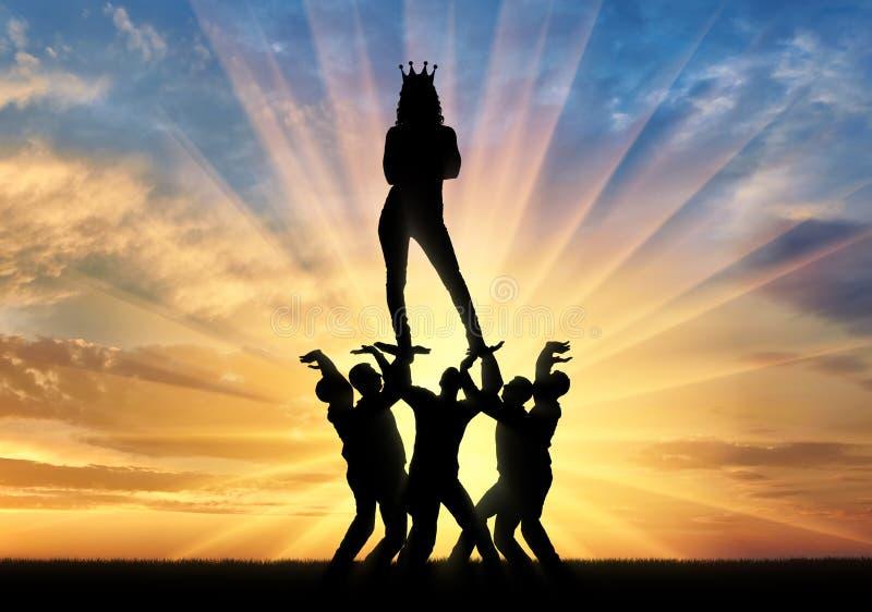 Silhouette d'une femme égoïste et narcissique avec une couronne sur sa tête se tenant sur les mains des hommes image stock